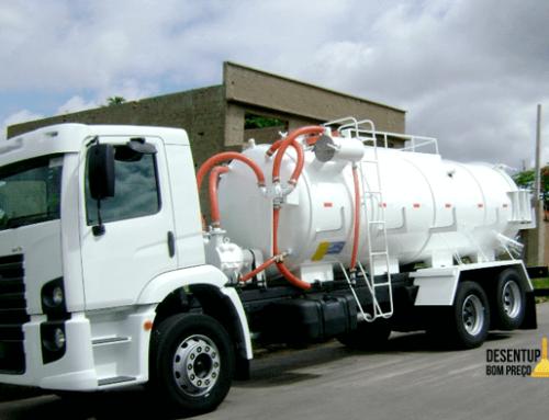Caminhão limpa fossa permite serviço eficiente